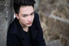 Ασιατικός έφηβος αγοριών στη φύση Στοκ Φωτογραφία