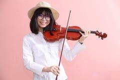 Ασιατικός έφηβος με το χαμόγελο καπέλων γυαλιών βιολιών Στοκ Εικόνες