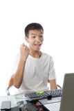 Ασιατικός έφηβος που χρησιμοποιεί τον υπολογιστή με τη χειρονομία νίκης Στοκ φωτογραφία με δικαίωμα ελεύθερης χρήσης