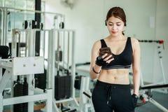 Ασιατικός αθλητής sportswear στον ιματισμό μόδας Η φίλαθλος ακούει Στοκ εικόνες με δικαίωμα ελεύθερης χρήσης
