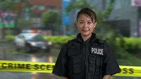 Ασιατικός αμερικανικός αστυνομικός γυναικών στη σκηνή εγκλήματος απόθεμα βίντεο