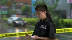 Ασιατικός αμερικανικός αστυνομικός στη σκηνή εγκλήματος φιλμ μικρού μήκους