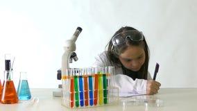 Ασιατικός αμερικανικός επιστήμονας παιδιών απόθεμα βίντεο
