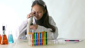 Ασιατικός αμερικανικός επιστήμονας παιδιών φιλμ μικρού μήκους