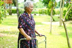 Ασιατικός ανώτερος ή ηλικιωμένος υπομονετικός περίπατος γυναικών ηλικιωμένων κυριών με τον περιπατητή στο πάρκο: υγιής ισχυρή ιατ στοκ φωτογραφία