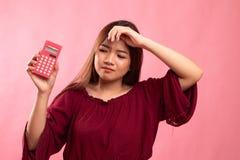 Ασιατικός αποκτημένος γυναίκα πονοκέφαλος με τον υπολογιστή στοκ φωτογραφία με δικαίωμα ελεύθερης χρήσης