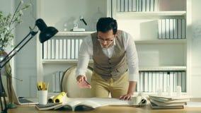 Ασιατικός αρχιτέκτονας που εργάζεται σε ένα σκίτσο φιλμ μικρού μήκους