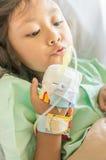 Ασιατικός ασθενής νοσοκομείου μικρών κοριτσιών με την έγχυση σε διαθεσιμότητα Στοκ Εικόνες