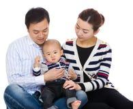 Ασιατικός γονέας με το γιο μωρών στοκ εικόνα με δικαίωμα ελεύθερης χρήσης