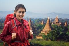 Ασιατικός γυναικείος backpacker περίπατος σε Bagan Στοκ Εικόνες