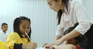 Ασιατικός δάσκαλος που ελέγχει την άσκηση σπουδαστών στην κατηγορία απόθεμα βίντεο