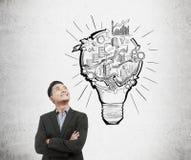 Ασιατικός επιχειρηματίας και lightbulb και σκίτσο ξεκινήματος Στοκ Φωτογραφίες