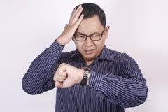 Ασιατικός επιχειρηματίας που ανησυχείται μέχρι το χρόνο, πίεση προθεσμίας εργασίας στοκ φωτογραφία με δικαίωμα ελεύθερης χρήσης