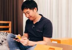 Ασιατικός επιχειρηματίας που καθιστά τις αγορές σε απευθείας σύνδεση στοκ φωτογραφία με δικαίωμα ελεύθερης χρήσης