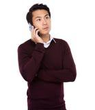 Ασιατικός επιχειρηματίας που μιλά στο κινητό τηλέφωνο κυττάρων Στοκ Εικόνες