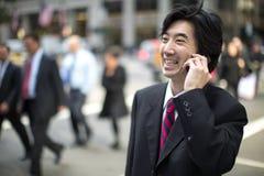 Ασιατικός επιχειρηματίας που μιλά στο κινητό τηλέφωνο Στοκ Φωτογραφίες