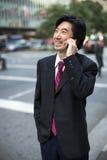 Ασιατικός επιχειρηματίας που μιλά στο κινητό τηλέφωνο Στοκ φωτογραφίες με δικαίωμα ελεύθερης χρήσης