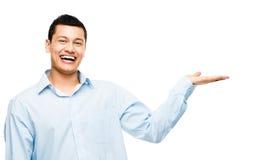 Ασιατικός επιχειρηματίας που παρουσιάζει κενό διάστημα αντιγράφων που απομονώνεται στη λευκιά ΤΣΕ Στοκ εικόνα με δικαίωμα ελεύθερης χρήσης