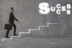 Ασιατικός επιχειρηματίας που περπατά επάνω τα σκαλοπάτια για να βρεί την επιτυχία Concepti στοκ φωτογραφία