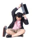 0 ασιατικός επιχειρηματίας που ρίχνει το lap-top, που απομονώνεται στο άσπρο backg Στοκ Εικόνα