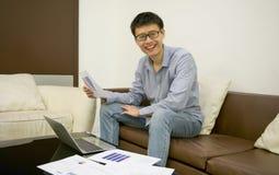 Ασιατικός επιχειρηματίας που χρησιμοποιεί ένα lap-top στο καθιστικό τη νύχτα Στοκ φωτογραφία με δικαίωμα ελεύθερης χρήσης