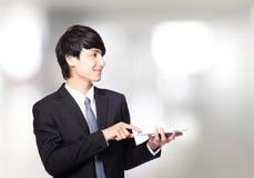Ασιατικός επιχειρηματίας που χρησιμοποιεί το μαξιλάρι αφής Στοκ Φωτογραφίες
