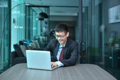 Ασιατικός επιχειρηματίας που χρησιμοποιεί το smartphone σε μια αίθουσα συνδιαλέξεων Στοκ εικόνες με δικαίωμα ελεύθερης χρήσης