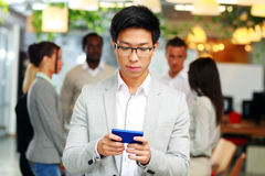 Ασιατικός επιχειρηματίας που χρησιμοποιεί το smartphone Στοκ Φωτογραφία
