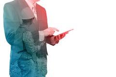 Ασιατικός επιχειρηματιών υπολογιστής ταμπλετών χρήσης ψηφιακός ασύρματος στοκ εικόνα με δικαίωμα ελεύθερης χρήσης