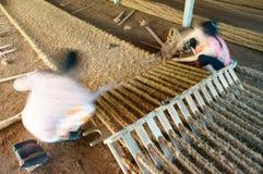 Ασιατικός εργαζόμενος, χαλί κοΐρ, βιετναμέζικα, ίνα καρύδων Στοκ εικόνες με δικαίωμα ελεύθερης χρήσης
