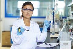 Ασιατικός εργαστηριακός επιστήμονας που εργάζεται στο εργαστήριο με τους σωλήνες δοκιμής στοκ εικόνα με δικαίωμα ελεύθερης χρήσης