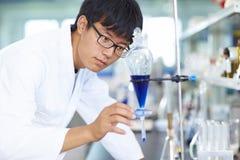 Ασιατικός εργαστηριακός επιστήμονας που εργάζεται στο εργαστήριο με τους σωλήνες δοκιμής στοκ φωτογραφίες με δικαίωμα ελεύθερης χρήσης