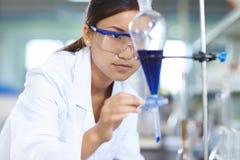 Ασιατικός εργαστηριακός επιστήμονας που εργάζεται στο εργαστήριο με τους σωλήνες δοκιμής στοκ φωτογραφία