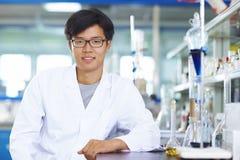 Ασιατικός εργαστηριακός επιστήμονας που εργάζεται στο εργαστήριο με τους σωλήνες δοκιμής στοκ εικόνες με δικαίωμα ελεύθερης χρήσης