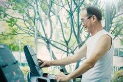 Ασιατικός ηληκιωμένος που τρέχει treadmill Στοκ Φωτογραφία