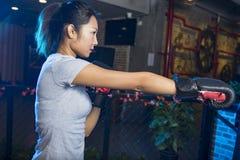 Ασιατικός θηλυκός εγκιβωτισμός άσκησης μπόξερ Στοκ Εικόνες