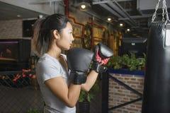 Ασιατικός θηλυκός εγκιβωτισμός άσκησης μπόξερ Στοκ φωτογραφίες με δικαίωμα ελεύθερης χρήσης