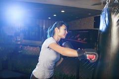 Ασιατικός θηλυκός εγκιβωτισμός άσκησης μπόξερ Στοκ εικόνα με δικαίωμα ελεύθερης χρήσης
