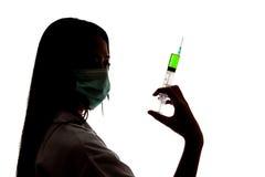 Ασιατικός θηλυκός γιατρός με τη σύριγγα λαβής μασκών Στοκ Εικόνες