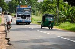 Ασιατικός κανονικός δημόσιος διάδρομος στη Σρι Λάνκα σε έναν δρόμο στοκ φωτογραφία