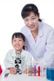 Ασιατικός κινεζικός δάσκαλος και λίγο κορίτσι σπουδαστών που εργάζονται με το μικροϋπολογιστή Στοκ Φωτογραφία