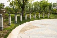Ασιατικός κινεζικός κήπος EXPO κήπων του Πεκίνου, αρχαία αρχιτεκτονική, διακοσμητικές πέτρες, στυλοβάτες, Στοκ Φωτογραφία