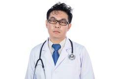 Ασιατικός κινεζικός ματαιωμένος αρσενικό γιατρός με το στηθοσκόπιο Στοκ Φωτογραφίες