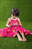 Ασιατικός κινεζικός υπολογιστής ταμπλετών παιχνιδιού μικρών κοριτσιών Στοκ εικόνα με δικαίωμα ελεύθερης χρήσης