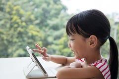 Ασιατικός κινεζικός υπολογιστής ταμπλετών παιχνιδιού μικρών κοριτσιών Στοκ Εικόνα