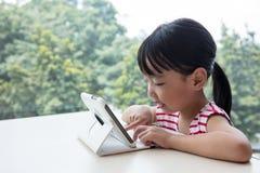 Ασιατικός κινεζικός υπολογιστής ταμπλετών παιχνιδιού μικρών κοριτσιών Στοκ φωτογραφίες με δικαίωμα ελεύθερης χρήσης