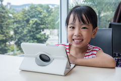 Ασιατικός κινεζικός υπολογιστής ταμπλετών παιχνιδιού μικρών κοριτσιών Στοκ Φωτογραφίες