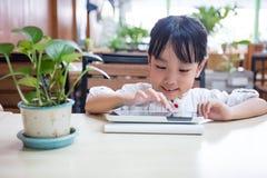 Ασιατικός κινεζικός υπολογιστής ταμπλετών παιχνιδιού μικρών κοριτσιών Στοκ Φωτογραφία