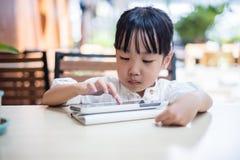 Ασιατικός κινεζικός υπολογιστής ταμπλετών παιχνιδιού μικρών κοριτσιών Στοκ Εικόνες