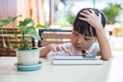 Ασιατικός κινεζικός υπολογιστής ταμπλετών παιχνιδιού μικρών κοριτσιών Στοκ εικόνες με δικαίωμα ελεύθερης χρήσης